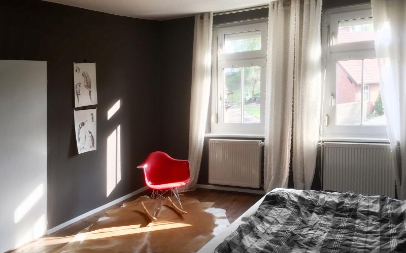 schlafzimmer-roterStuhl